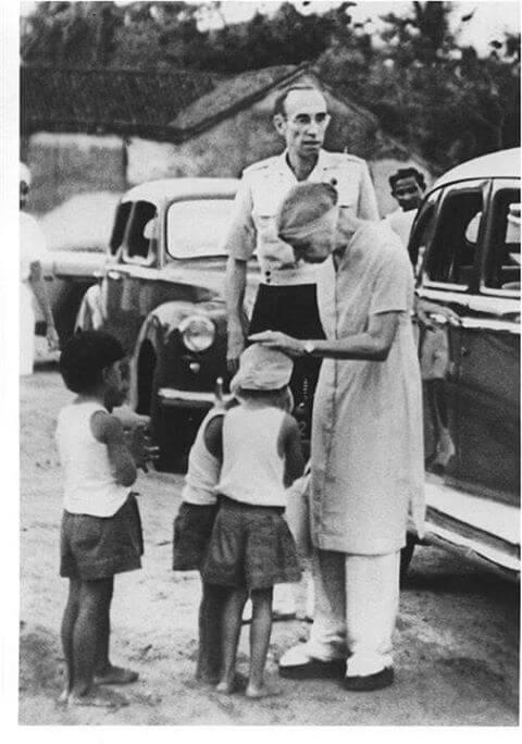 श्री माँ बच्चों के साथ